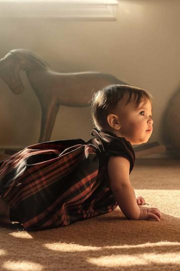 趴在地上的小宝宝儿童摄影图片