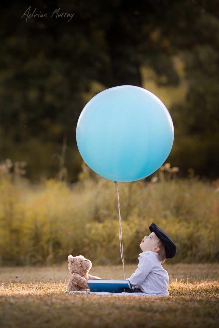玩气球的小男孩