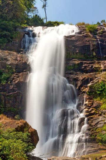 岩石山上流下来的瀑布