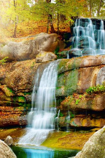 唯美岩石上流淌的瀑布图片