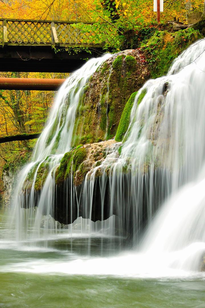 桥下流淌的瀑布风景图片