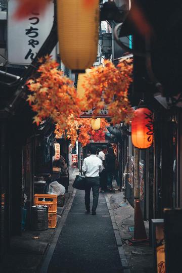 日本小巷里的路人纪实摄影图片