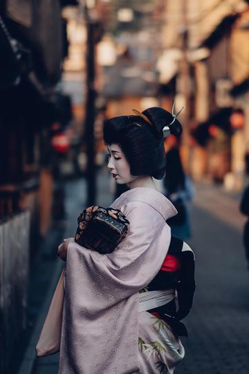 日本街头穿和服的女子图片