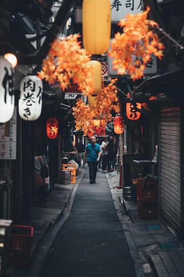 日本小巷里行走的路人纪实摄影