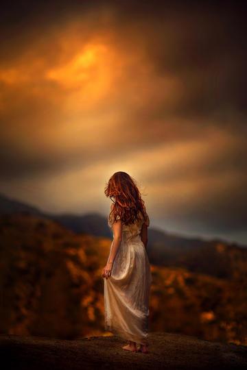 黄昏中的小女孩背影图片