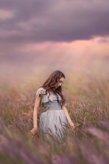 荒草中的欧美美女艺术写真