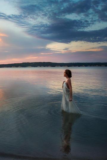 唯美站在水中的长裙美女