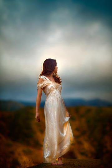 唯美阴天下的长裙美女