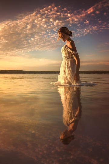 站在水中的欧美美女艺术写真