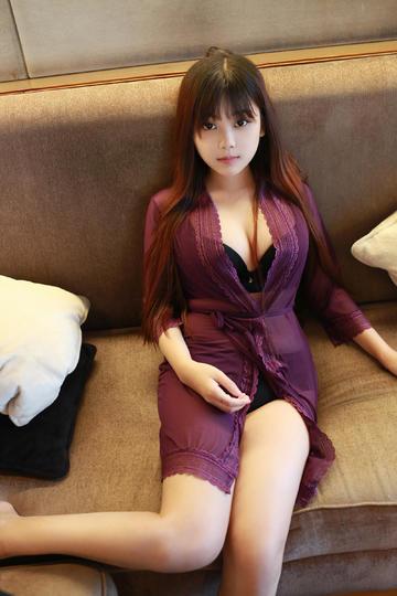 沙发上的性感紫色睡裙小美女