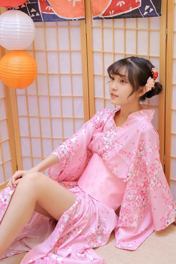 坐在地上的清纯和服美女写真