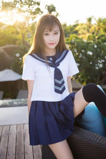 坐在椅子上的清纯制服超短裙美女
