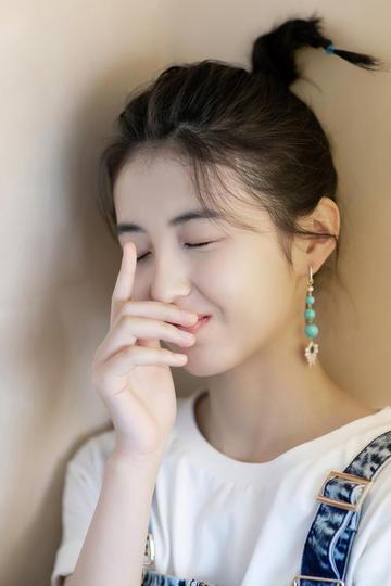 气质美女明星张子枫特写图片