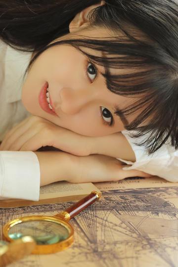 趴在桌子上的清纯美女图片