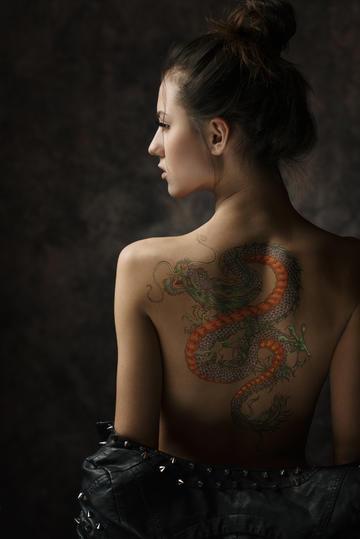 龙纹身的欧美气质女生背影图片