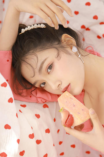 吃草莓蛋糕的清纯美女写真