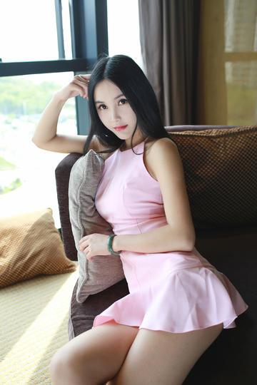 沙发上的粉色超短裙美女