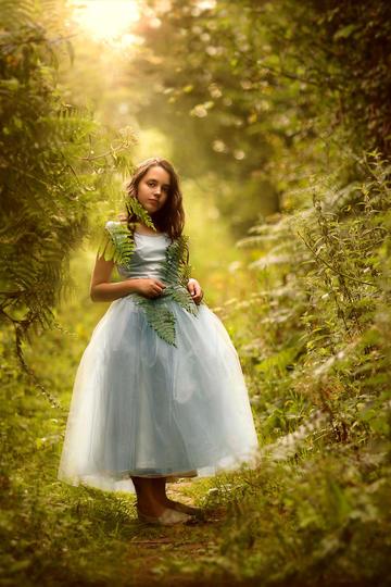 森林里的欧美小美女艺术写真