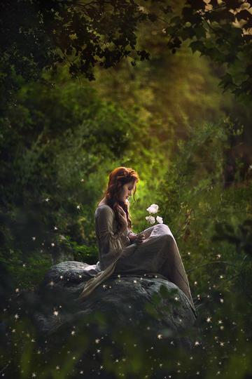 坐在石头上的欧美古典美女写真