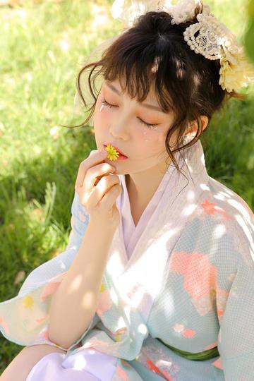 亲吻花朵的清纯古装美女图片