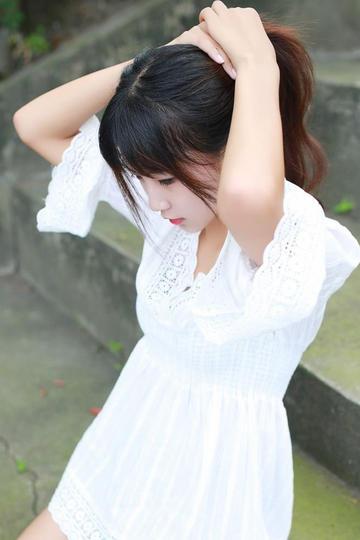 扎头发的白色短裙清纯美女写真