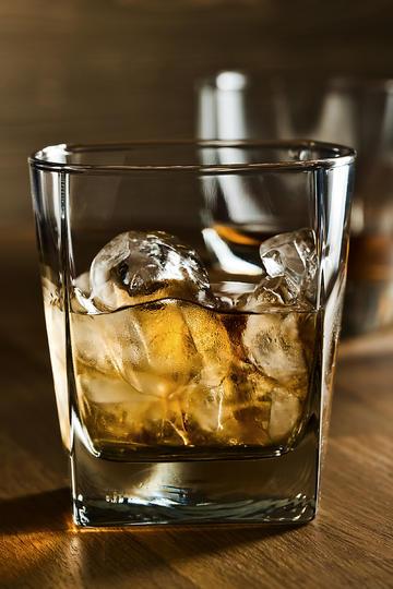 一杯加冰的洋酒威士忌美食摄影图片