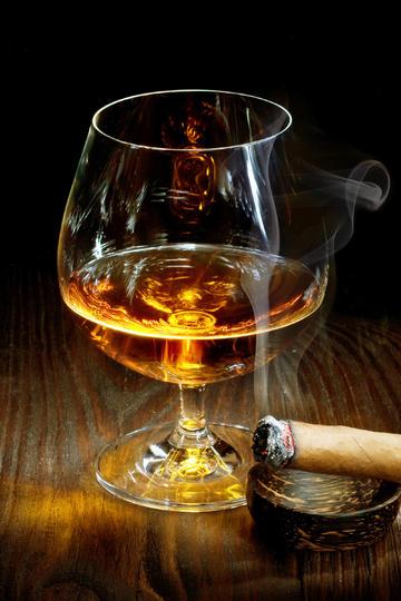 一杯高脚杯威士忌洋酒美食摄影图片