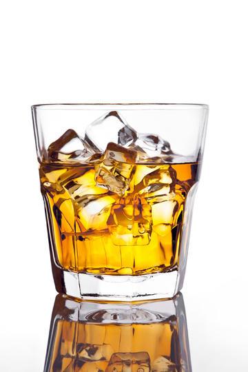 一杯洋酒威士忌高清美食摄影图片