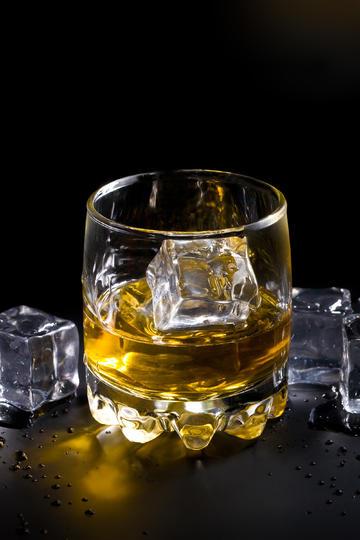 一杯加冰块的威士忌洋酒图片