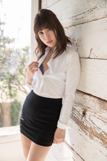 靠在墙上的日本性感超短裙美女
