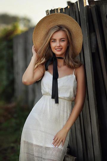 戴着帽子的欧美美女图片