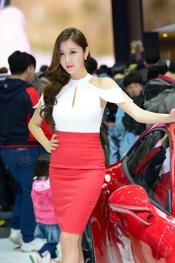 叉着腰的韩国性感车模图片