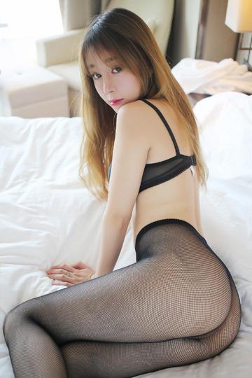 坐在床上的性感丝袜翘臀美女写真