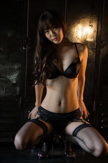 蹲在地上的性感日本内衣美女写真
