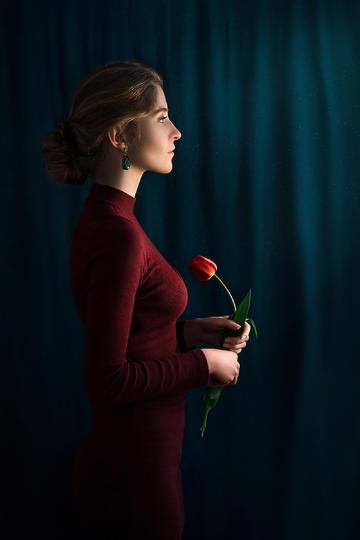 拿着玫瑰花的欧美美女艺术写真