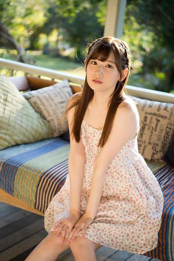 坐在沙发上的极品清纯美女写真