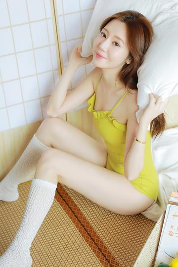 坐在床上的丝袜美腿美女