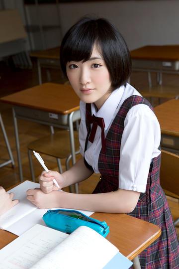 坐在教室里的清纯日本美女