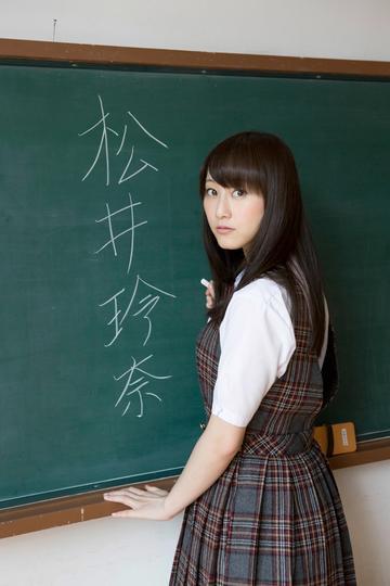 黑板上写字的清纯日本女学生图片