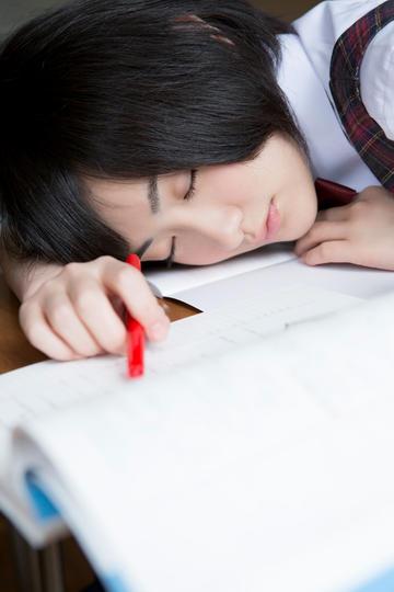 趴在桌子上睡觉的日本美女学生图片
