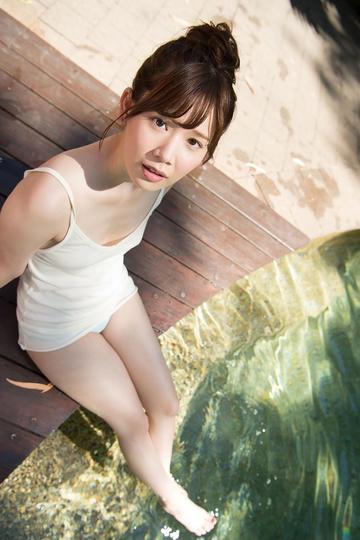 戏水的极品性感美腿美女图片