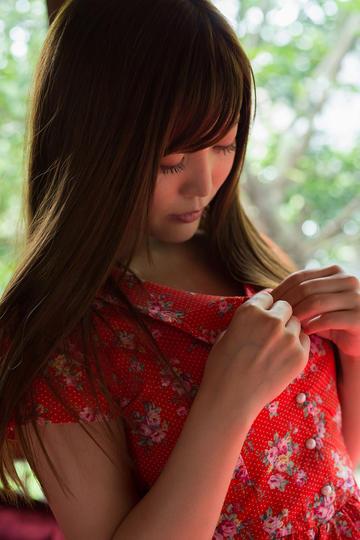 穿衣服的性感日本美女写真
