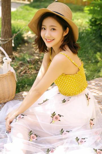 坐在地上的草帽清纯美女