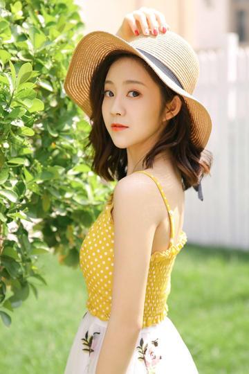 阳光下的清纯草帽美女手机壁纸图片