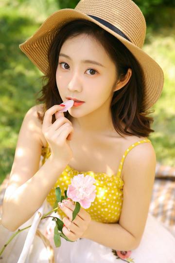 亲吻花朵的清纯气质美女
