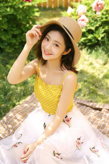 坐在草地上的长裙中国美女写真