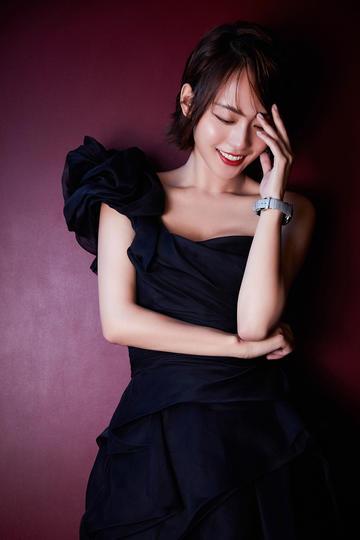 穿着黑色长裙的气质女星张嘉倪