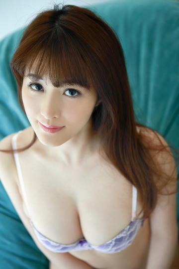 坐在沙发上的日本美女写真