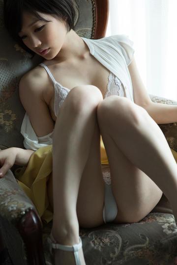坐在椅子上的气质美女图片
