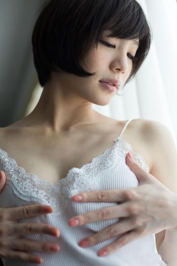 双手捂着胸的日本美女